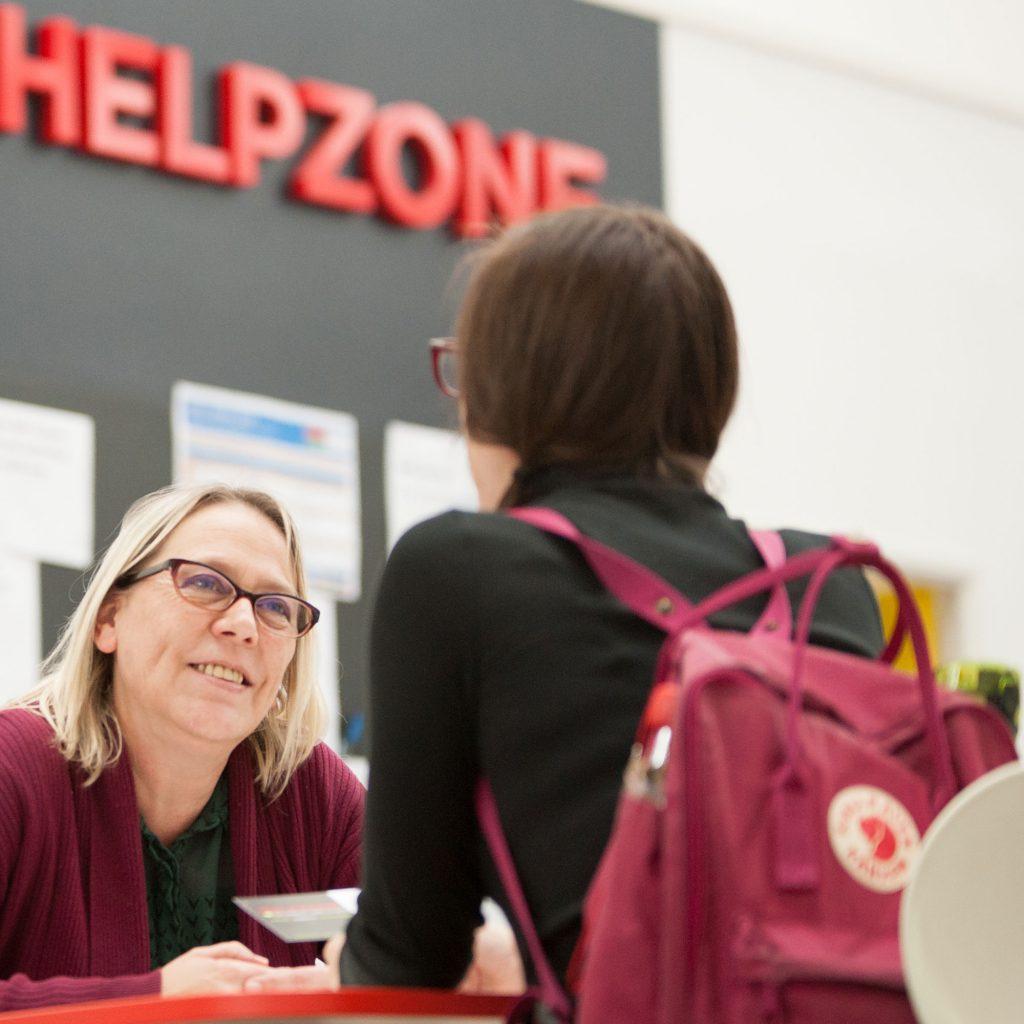 Student speaking with Helpzone